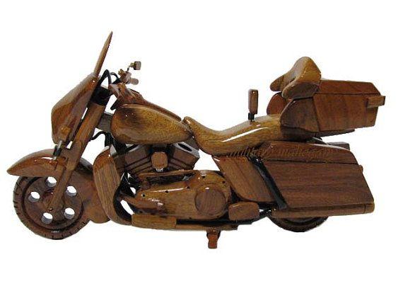 L'acajou militaire est fier d'annoncer la sortie de notre nouvelle édition de la série de modèles bois acajou fabriqués à la main. Il s'agit d'une très belle réplique d'une Harley Davidson Electra Glide moto. Modèle offre réaliste poignée barre câbles, roues qui roulent, tourner guidon et béquille oscille dans et hors. Vous ne trouverez pas un modèle plus détaillé, mieux que cela.  Ne voyez pas ce que vous cherchez, n'hésitez pas à envoyer que j'ai plus de 200 modèles différents en stock et…