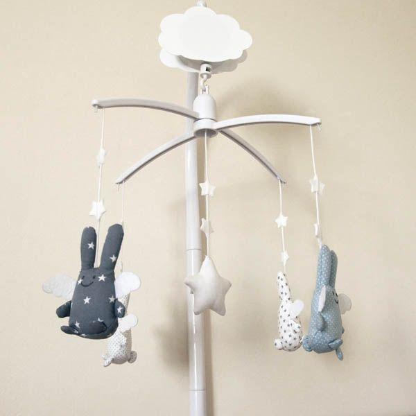 On l'aime, on l'adore ce joli mobile bleu, gris, blanc de la marque Pois Plume en partenariat avec Trousselier. En vente chez @LeLapinGris : http://lapingris.fr/mobile-musical-lit-bebe/78-mobile-ange-lapin-pois-plume.html
