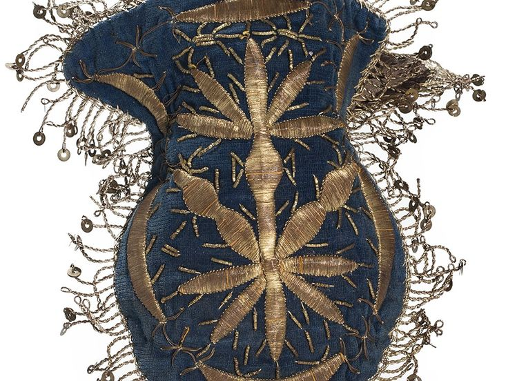 Late-Ottoman women's handbag. End of 19th century. Adorned with goldwork embroidery in 'Maraş işio'-technique, minuscule 'golden' spirals and metallic sequins.