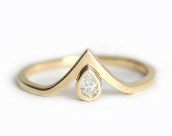 Banda diamante de V, V diamante anillo, anillo de compromiso diamante pera, bebé anillo de diamantes, anillo de diamantes diminutos, pera anillo de compromiso, anillo de oro V