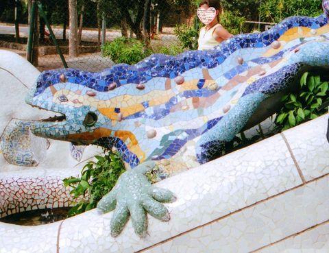 スペイン・バルセロナと言えば、サグラダファミリア! しかしガウディの凄さを感じられる場所はそこだけではありません。今回ご紹介するグエル公園もぜひ訪れていただきたいお勧めの観光ポイント。グエル公園は当初庭園都市としてガウディが設計したもので、「自然との融合」をコンセプトに作り上げた空間は、優しく楽しく訪れる人を迎えてくれます。ガウディの作品に触れて座って子供のように楽しんでみてください!