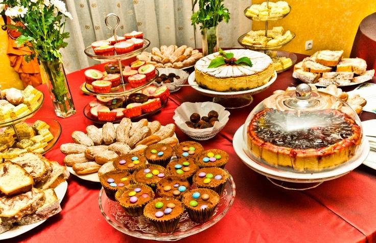 Cheesecake cu dulceata de cirese amare, ecler cu cocos, trufe, briose cu ciocolata, prajitura cu mascarpone, lamaie si mac, cheesecake cu fructe de padure, briose cu ciocolata alba