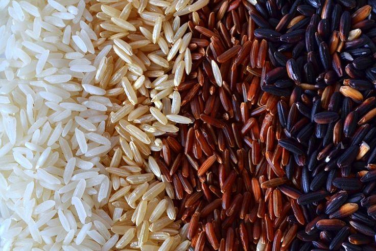 """Od wielu lat na siłowniach panuje przekonanie że ryż i kurczak to pewna droga do rozwoju masy mięśniowej oraz utraty tkanki tłuszczowej. Nie jako jest to prawdą, ale tak naprawdę gamę produktów o nazwie """"ryż"""" mamy bardzo szeroką, która nie ogranicza się tylko do ryżu białego czy brązowego. Przedstawimy dziś kilka z nich, te najpopularniejsze…"""