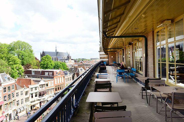 Het café en restaurant beschikken over gratis WIFI: dus ook dé ideale #werkplek midden in de stad. In het restaurant zijn er ruim 300 zitplekken en meer dan 160 zitplekken buiten op het #terras met een wijds uitzicht over het centrum van #Leiden.