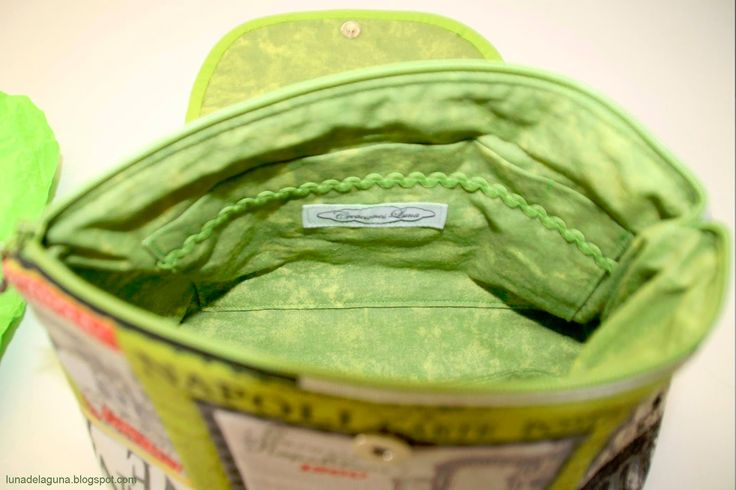 Tus cosméticos en orden en éste práctico neceser. Un compartimento para brochas, pinceles y lápices con solapa que impi...