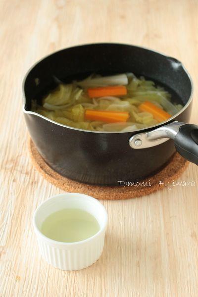 野菜をたっぷり使った野菜だし(野菜スープ)は優しい甘さ。離乳食におすすめのお出汁です。  煮る・薄める・のばす・煮直す・とろみ付け、離乳食初期から使える万能だし!  もちろん大人のごはんにも活躍します。
