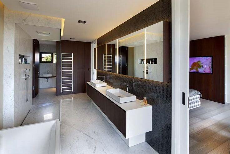 Obklady a dlažby koupelen jsou z carrarského mramoru. Dvoupodlažní dům má celkem pět ložnic, přičemž hlavní ložnice má přidruženou šatnu, koupelnu a pracovnu.