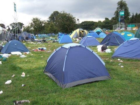 zeker een tent meenemen op de camping een slaapzak en een hoofdkussen en wat extra kleren en lakens
