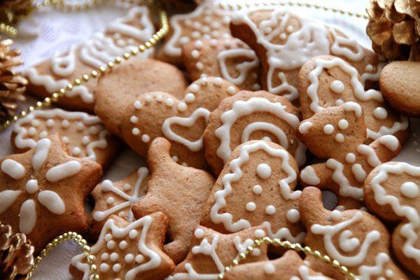 Ароматные пряники с традиционным украшением глазурью помогут создать праздничную атмосферу.