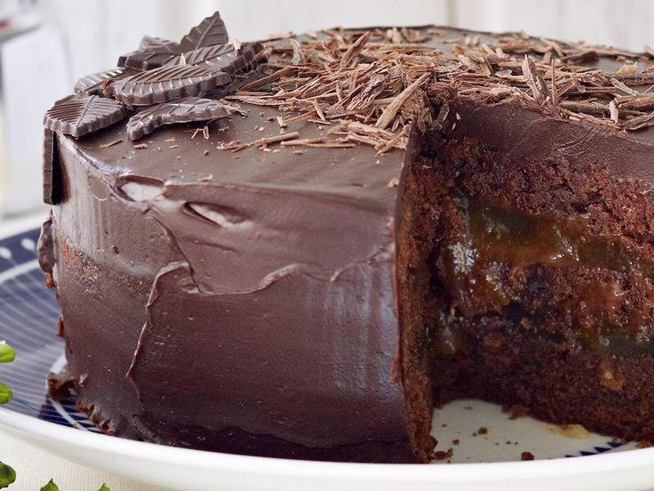 Sacherkakku kruunaa juhlan. Suussa sulavassa kakussa on suklaata ja aprikoosihilloa. Tarjoa halutessasi lisäksi kermavaahtoa.