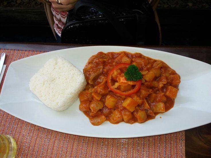 """""""Patita con maní"""", así se llama este potaje de la culinaria peruana. A base de patas de cerdo cortaditas en trozos pequeños con papa blanca sancochada en un guiso de especias con maní. Con un asentativo como el Pisco peruano o anís."""