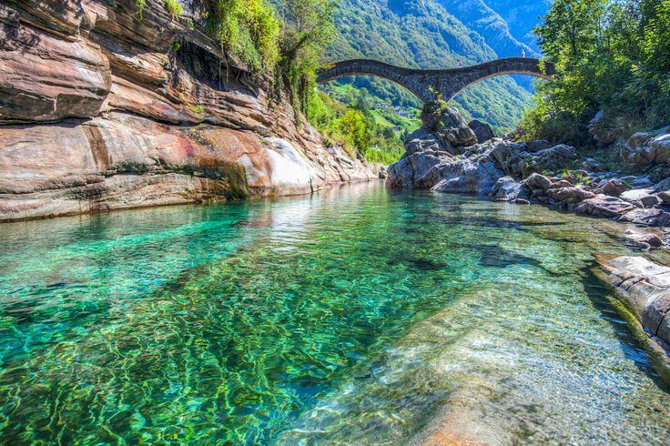 Le val de Verzasca en Suisse : 20 lieux où voir les eaux les plus claires du monde - Linternaute
