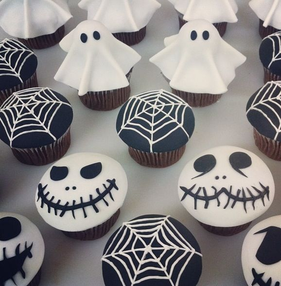 Diese gruseligen Cupcakes sollten auf keiner Halloweenparty fehlen! Von Spinnennetzen, über Geister bis hin zu Skelettschädeln bieten die schwarz-weißen Muffins alles, was man sich für ein schauriges Halloween-Buffet vorstellen kann!
