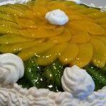 Бисквитный торт со сливками и фруктами
