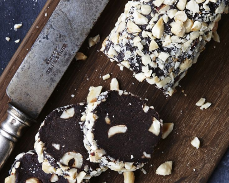 Dadelruller er et sundere alternativ til mange andre sukkerfyldte snacks! Et bonus er, at de smager syndigt godt og er nemme at lave. Få opskriften her.