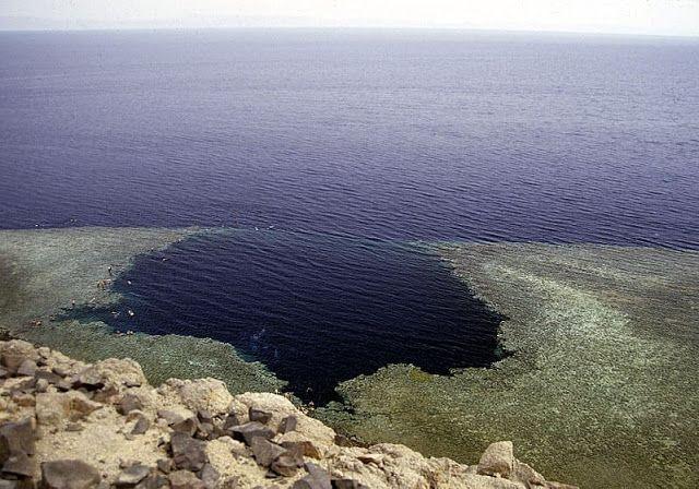 ظواهر كونية غريبة الثقب الأزرق هو حفرة غوص على ساحل البحر الأحمر Blue Hole Best Places To Travel Red Sea