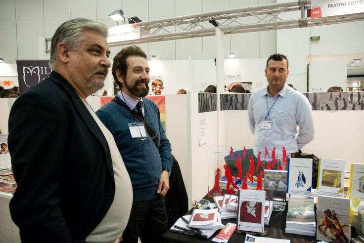 Lo scrittore Fabrizio de Sanctis allo stand (foto Valeria Franci)