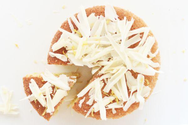 Citron-mandelkage med hvid chokolade