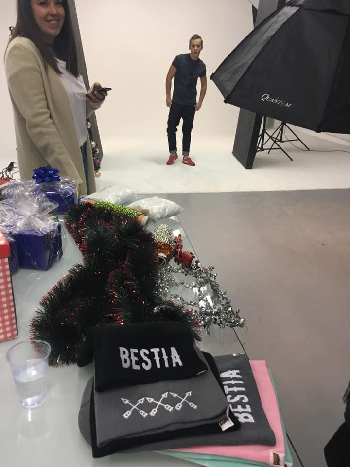 Backstage z sesji Lookbook Xmas w studio Huśtawka  #lifestyle #funandrebel #streetwear #koszulki #bluzy #modazulicy #piekuo #naluzie #look #swoboda #backstage #lookbook #sesja #kulisy