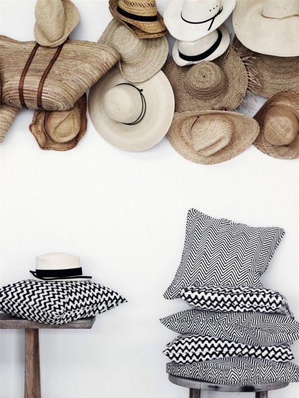 Le chapeau de paille accessoire de mode devenu déco