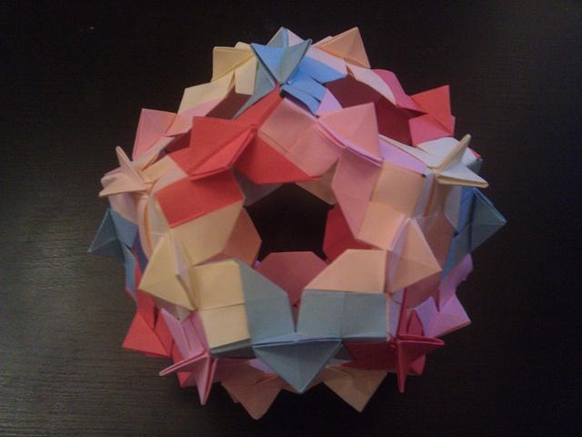 Oriro Kusudama (by Adina Paun)  Tutorial: http://forum.origami-romania.ro/viewtopic.php?f=16=384