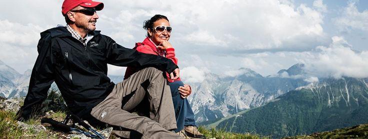 Bergsteiger genießen eine Rast mit herrlichem Blick in das Stubaital