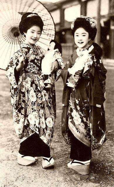 着物を見て欲しい、何故舞妓は袖をつめてるか・・・舞妓とは子供だったのである。舞妓の衣裳は本来子供の衣裳である。そこで今様の舞妓が袖を詰めた衣裳を着てるのが理解できよう。 Why maiko sleeves or, I was a child and maiko in kimono, you want to see that. Maiko costume is inherent in child costume. So is wearing a costume stuffed with maiko of the fashionable sleeves can be understood.