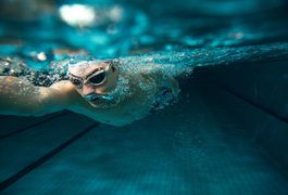 Swimming burns many calories. A swimmer needs 3,000 to 6,000 calories a day to maintain their weight, according to the American Dietetic Association. Competitive swim teams often practice twice a day, making meal planning essential. Swimmers need to eat before and after practice to fuel workouts. Eating small meals and snacks can help to reach...