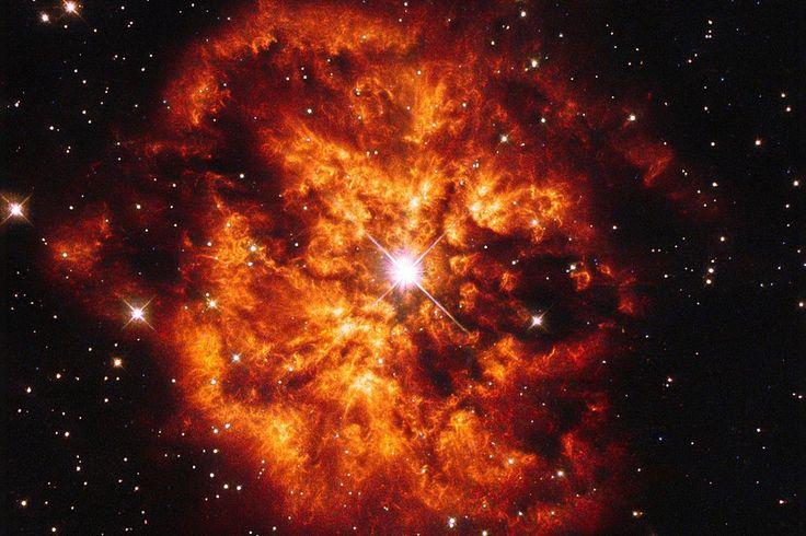 Der Stern WR 124 verschmilzt mit dem planetaren Nebel M1-67 im Sternbild Schütze.