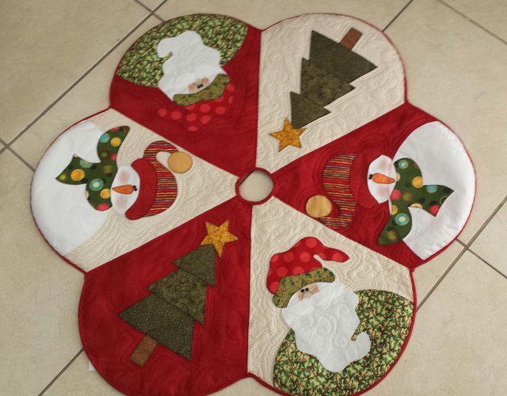 Pode ser usada como saia para árvore de natal ou como toalha de mesa. Aplicação com tecido nacional e importado.