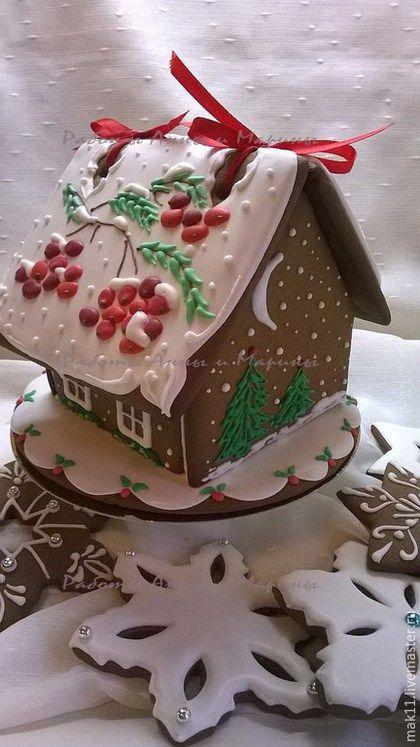 Пряничный домик -  лучший новогодний подарок. Крыша домика съемная - можно положить имбирные пряники-снежинки. Возможно нанесение логотипа.