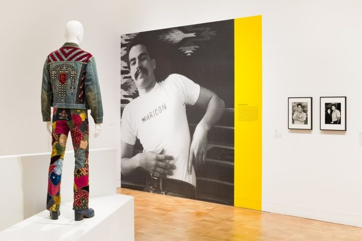 """Vista de la exposición """"Axis Mundo: Queer Networks in Chicano L.A."""", en el MOCA, Los Ángeles, 2017. Cortesía: The Museum of Contemporary Art, Los Angeles. Foto: Zak Kelley"""