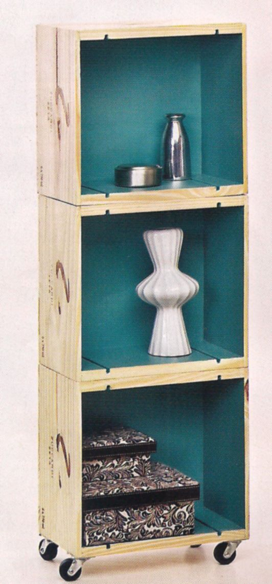 Mueble hecho en base de cajas de vino pintadas por dentro.
