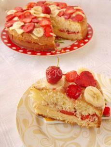 Бисквитный торт с клубникой и бананом.