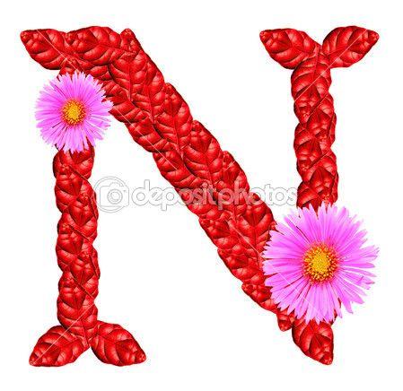 Letra N mayúscula. Formada con hojas rojas y flores.