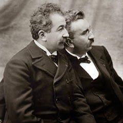 Los hermanos franceses Auguste Marie Louis Nicolas Lumière y Louis Jean Lumière fueron los inventores del cinematógrafo; lo patentan el 13 de febrero de 1894.