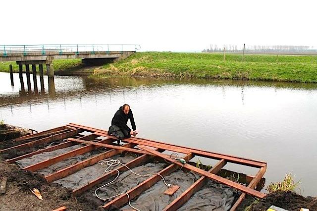 Aanlegsteiger maken aan het water van hardhouten balken 5x10 cm dikte (om de 40 cm) en A-keuze 21 mm dikte bankirai hardhouten terrasplanken.  Gadero Productnr. DV2516-21-145