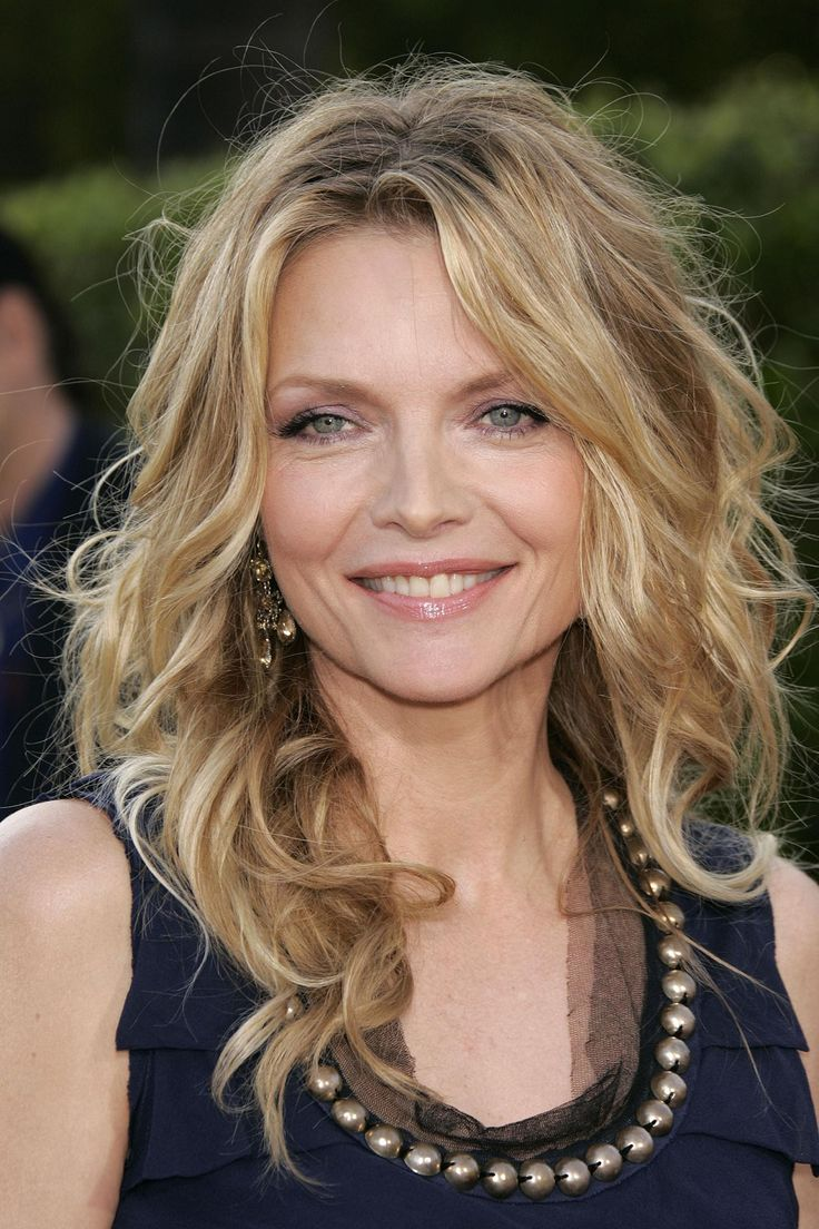 Michelle Pfeiffer Hairstyle, Makeup, Dresses, Shoes and Perfume ...