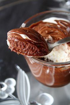La Mousse au Chocolat Révolutionnaire d'Albert - au chocolat noir, rhum et oeufs entiers battus au bain marie, ici avec couches de crème fouettée