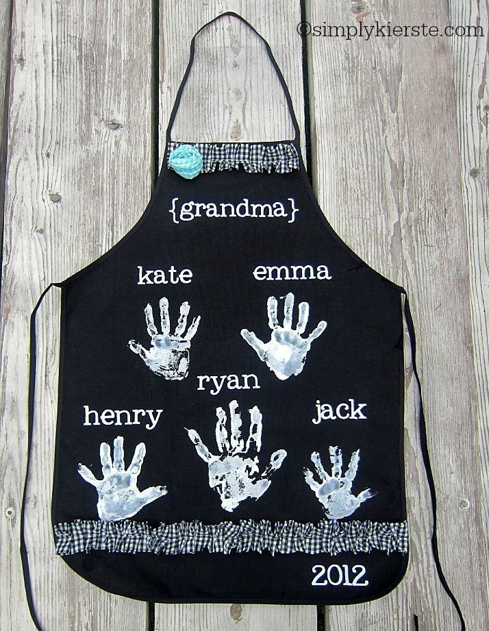 mother's day handprint aprons | simplykierste.com