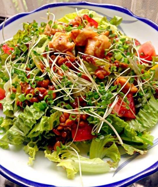 野菜たっぷりご飯です。味付けはナンプラーだけでも、うま〜い(^O^) サンバルがあうんです。 - 103件のもぐもぐ - 焼き納豆のサラダ菜飯 by ちーち