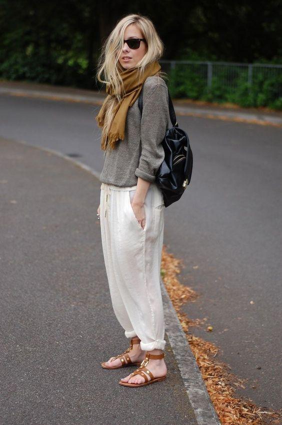 Suéter cinza, cachecol caramelo, calça branca, rasteirinha caramelo