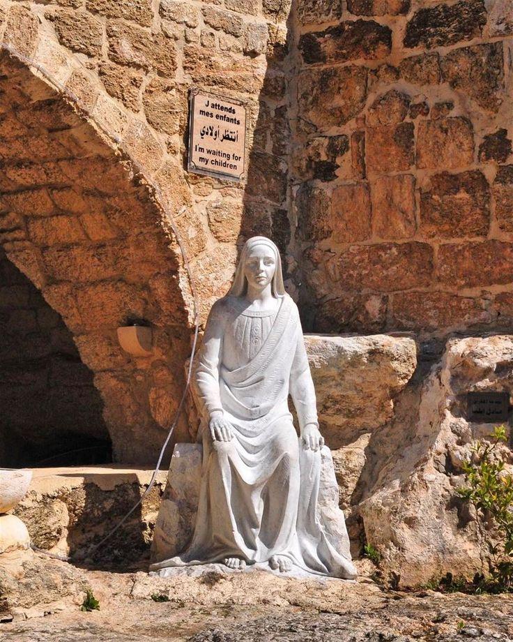 A gruta sagrada no sul do Líbano onde a Virgem Maria descansou enquanto esperava por Jesus, fotografada por Serge Melki. De acordo com o evangelho, Virgem Maria acompanhou seu filho quando ele viajou para pregar em Tiro e Sidon. No entanto, as mulheres judias não foram autorizadas a entrar em cidades pagãs. Como Sidon era uma cidade Cananeia e, portanto, pagã, Maria esperou por seu próprio filho nesta gruta em Maghdouche. Aqui ela esperou em oração e meditação, que é de onde vem o nome de...