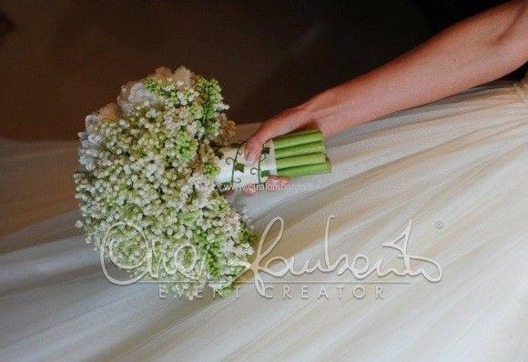 Bouquet della sposa con peonie bianche e mughetto con dettagli che richiamano il tema dell'evento.