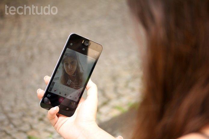 Como editar selfies perfeitas como no Photoshop com app Airbrush Barbara Mannarapor BARBARA MANNARA Para o TechTudo FACEBOOK TWITTER Os usuários que adoram postar selfies em redes sociais podem contar com o aplicativo Airbrush para deixar suas fotos perfeitas, de forma gratuita. O diferencial do app é que ele permite corrigir imperfeições na pele, com recursos parecidos com aos do Adobe Photoshoppara celular. Dez dicas de Instagram para fotos com 'toque especial'  Basta um toque para remover…