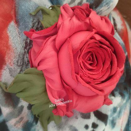 Купить или заказать Брошь из кожи 'Роза' в интернет-магазине на Ярмарке Мастеров. Брошь 'Роза' Эту розу можно носить как брошь и как браслет. Браслет в подарок. БРОШЬ Диаметр цветка без листьев - 9 см Ширина браслета: 2,7 см Размер браслета: универсальный Материалы: натуральная кожа Крепление: на цветке крепление универсальное. Упаковка: подарочные коробка и пакет Возможно изготовление в другом цвете: красный, белый, синий, бирюзовый, розовый, бордовый, фиолетовый, сиреневый,…