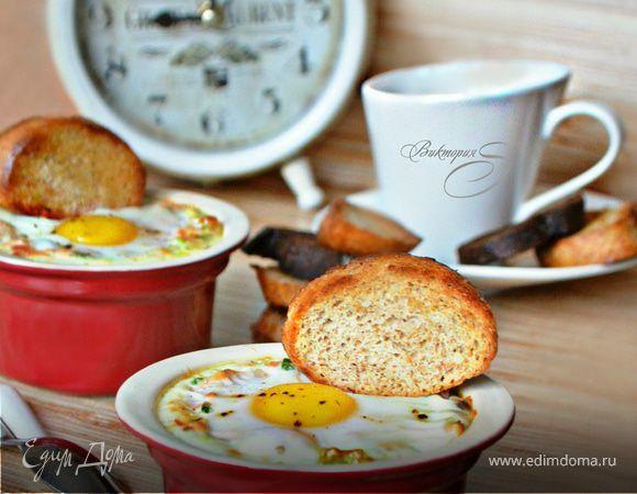 Горбуша горячего копчения в соусе с яйцом-кокот. Ингредиенты: яйца куриные, сметана, горчица дижонская