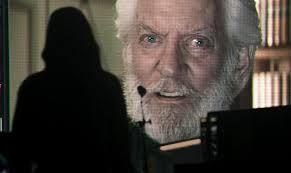 """Donald Sutherland como el Presidente Snow en """"Los juegos del hambre, El Sinsajo parte 1"""" (2014)"""