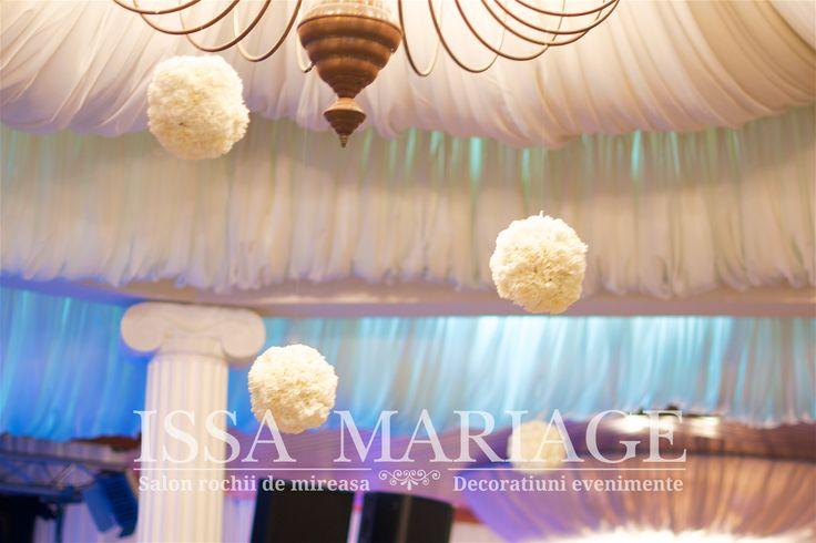 Decoratiuni botez falduri tavan decorate voaluri albe si buchete flori IssaEvents 2017