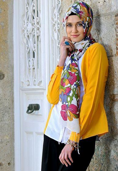 Foto : Hijab Turki cocok buat kamu yang tak mau ribet. Jangan lupa mengombinasikan hijab corak dengan pakaian warna polos.   Vemale.com, Halaman 8